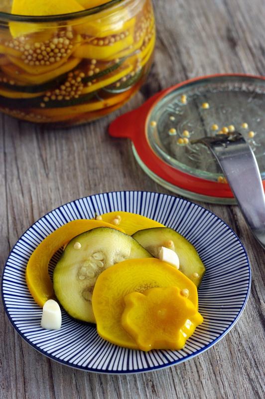 Schichtzucchini in süßsaurer Marinade auf einem Teller