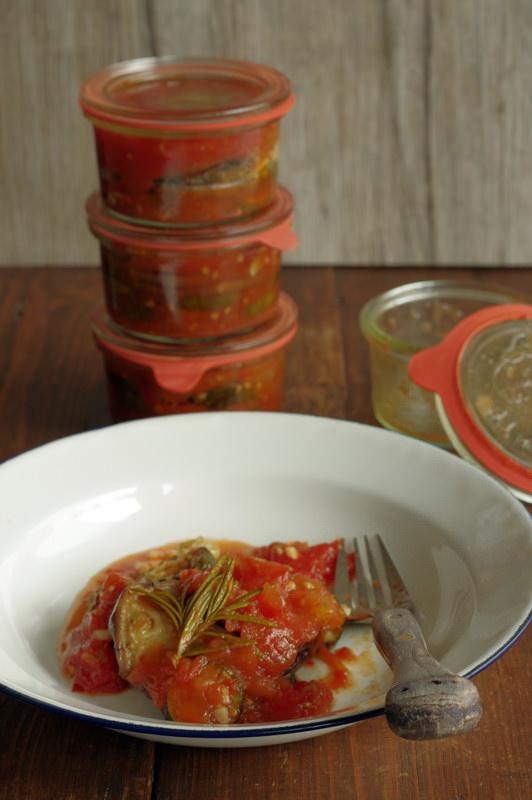 Antipasti in Tomatensauce auf dem Teller