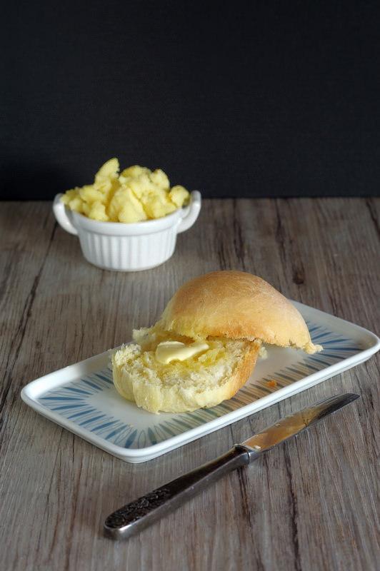 Butter auf dem Kartoffelbreibrötchen
