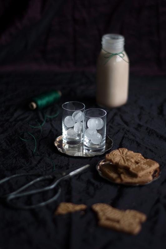 Spekulatius Likör , leere Gläser und Eis