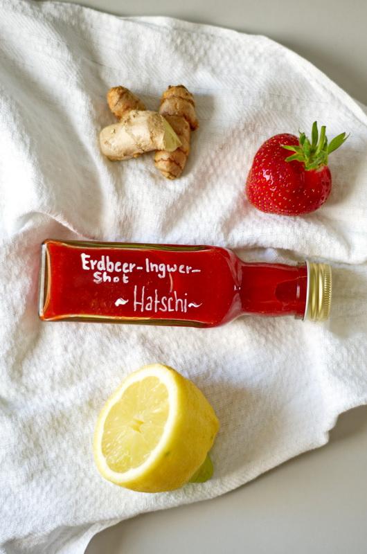 eine verschlossene Flasche Erdbee-Ingwer-Shot