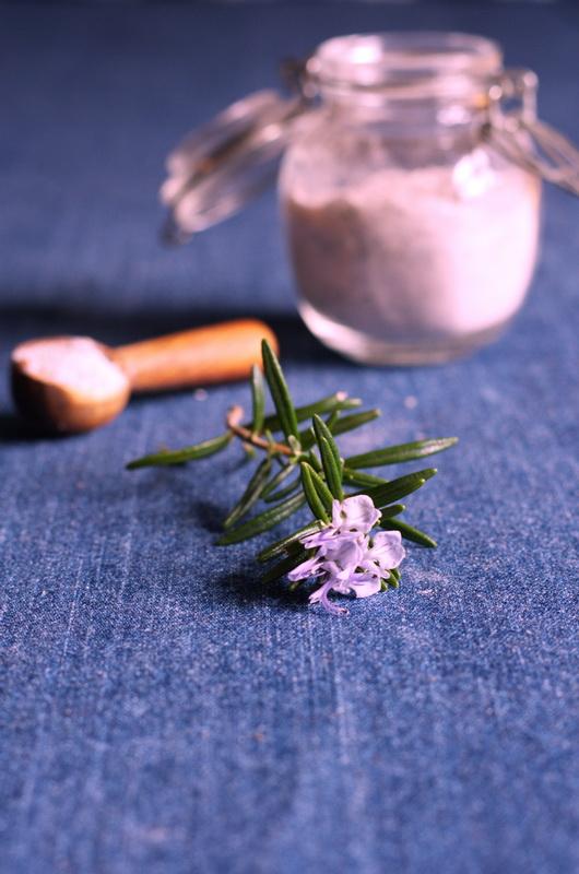 Rosmarinbluetensalz mit einer Blüte