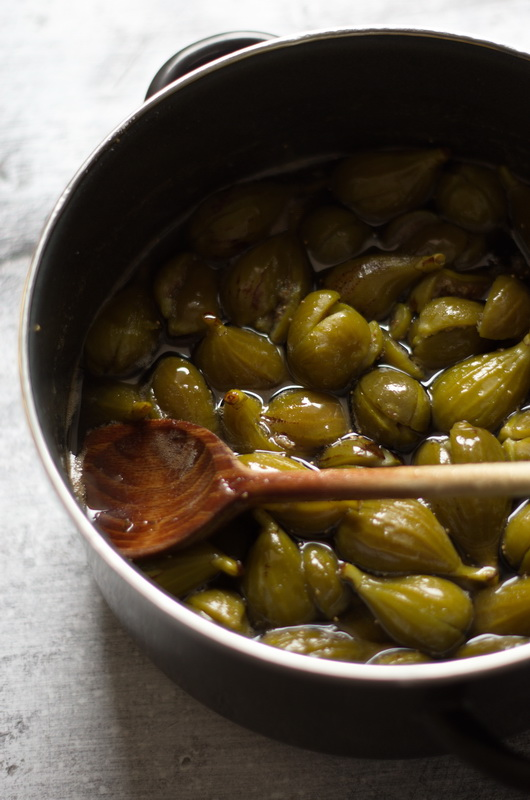 Grüne Feigebn werden in Sirup gekocht