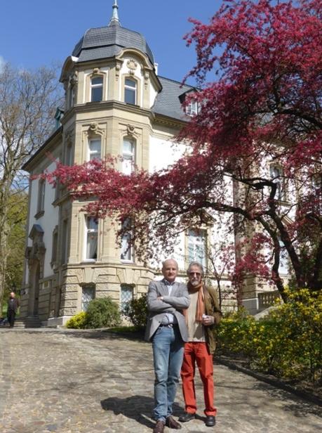 Udo Edelmann (re.) mit Wojciech Popek, Leiter des Muzeum Lubuskie, vor dem Museumsstandort Villa Schröder(Foto: Ruth Fabritius)