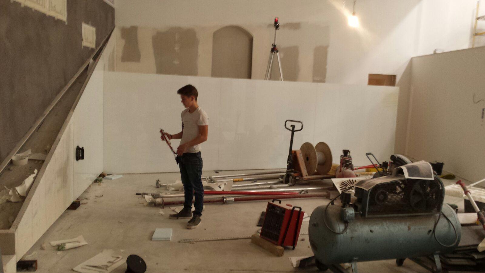 Lacobel pure white Wandverkleidung in einer Moschee im Kundenauftrag nach Maß gefertigt, Modellscheiben und individuelle Bearbeitung