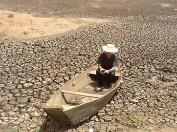 Em seus registros, 'Caminhos da Sede', padre Djacy Brasileiro conta o drama de famílias no quarto maior município do Estado, que sobreviviam da pesca no Jatobá e que hoje não tem água nem para molhar pequenas plantações