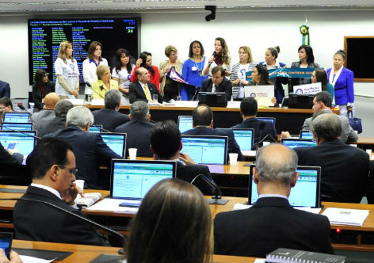 A bancada feminina na Câmara e no Senado criticou o relatório do deputado Marcelo Castro (PMDB-PI), que não colocou em seu parecer as cotas para representação feminina no Legislativo