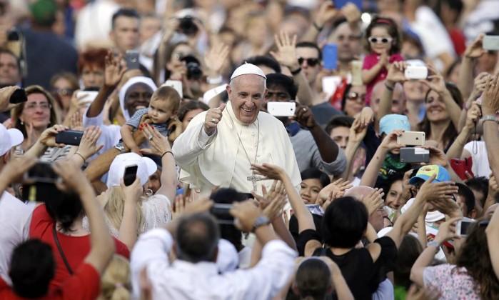 O Papa Francisco é recebido por fiéis na Praça de São Pedro - Gregorio Borgia / AP