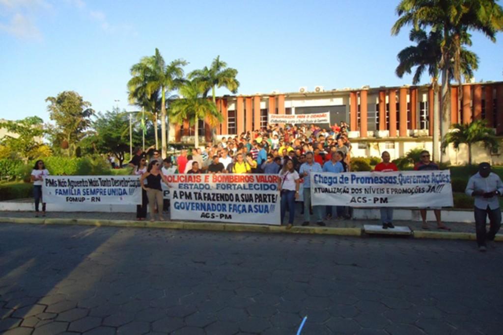 Os presidentes das entidades representativas dos praças entregaram simbolicamente a pauta de reivindicações na Governadoria