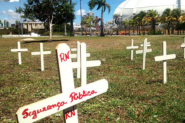 Cruzem foram posicionadas em gramado na frente da Governadoria