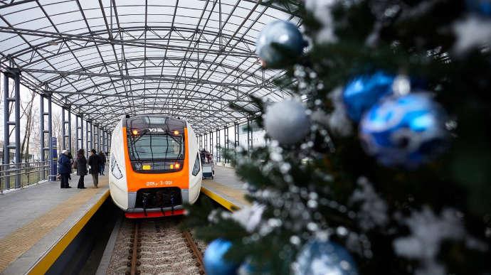 Больше пяти тысяч украинцев встретят Новый Год в поезде