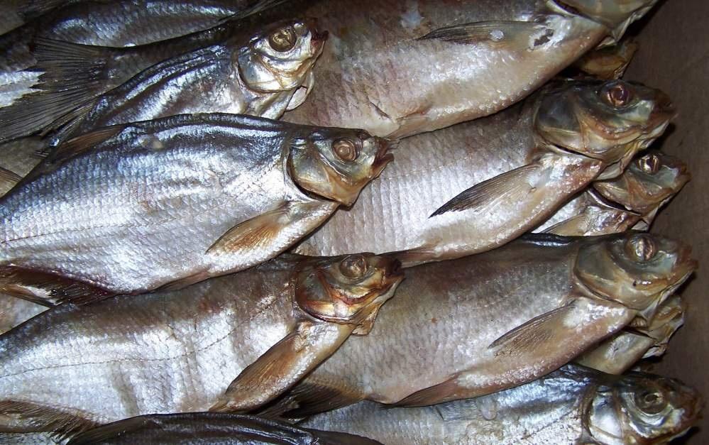Причина ботулізму – це вживання неякісної консервації, риби, ковбаси (Фото: УНІАН)