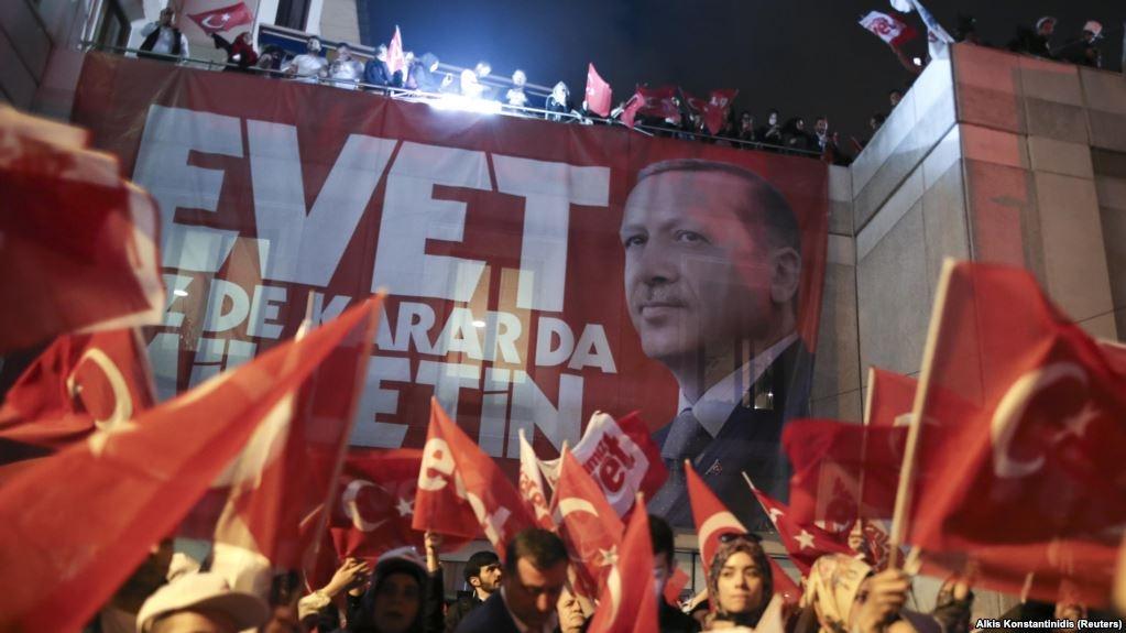 Прихильники Реджепа Ердогана святкують перемогу