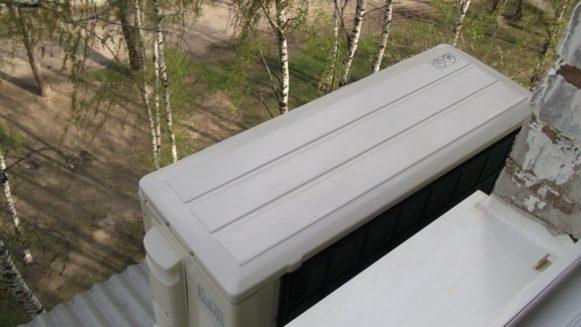 Внешний блок кондиционера на внешней стене здания