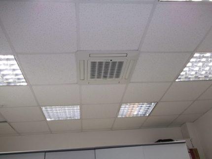 Системы кондиционирования под потолком нового кабинета