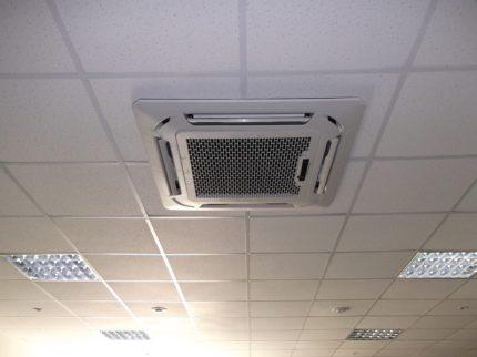 Системы кондиционирования под потолком нового кабинета медицинского центра