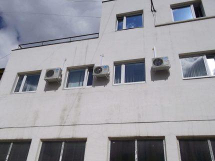 Внешние блоки кондиционеров на внешней стене 3-его этажа медицинского центра