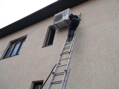 Монтаж систем кондиционирования на стене офиса. Работа на лестнице.