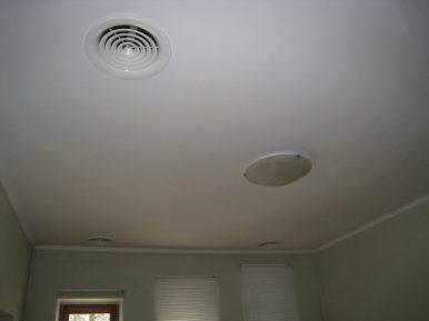 Вытяжка системы кондиционирования и вентиляции в потолке частного дома