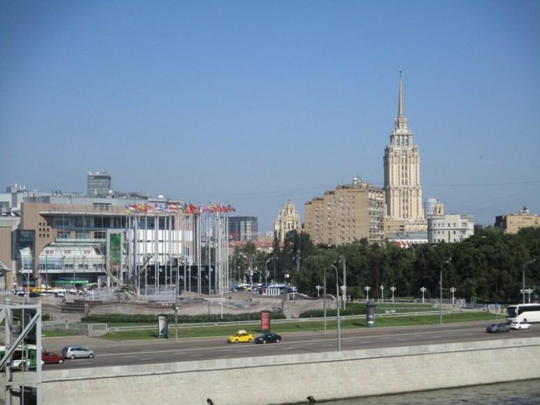 Москва. Вид на торговый центр с моста