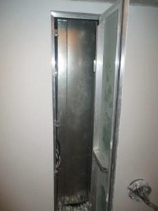 люк в потолке для обслуживания канального кондиционера