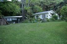 Le cottage d'O & M et la dépendance qu'on a repeinte en vert du sol au toit avec C.