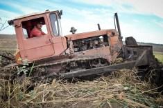 Valeriu ROMAN și tractorul său renovează iezătura. © Liuba Bulgaru/GD