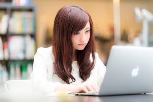 仕事の効率化に悩む女性