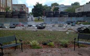 Walking Dead - Woodbury Gate Front
