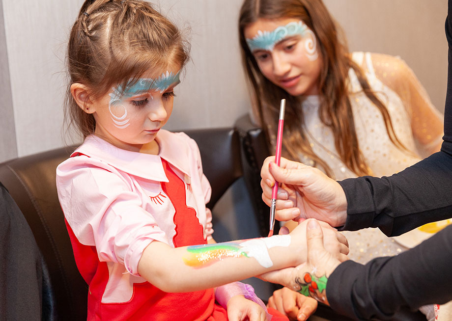 Zelda of Glitter and Bubbles gets her face painted.