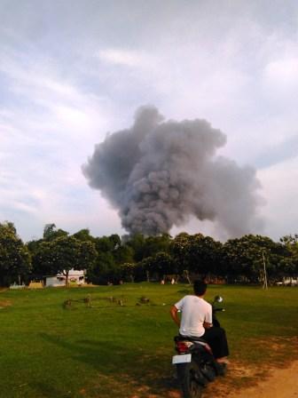 GN/MASDAWI DAHLAN Salah seorang warga 'menikmati' pemandangan asap kebakaran pasar Sedangdang.