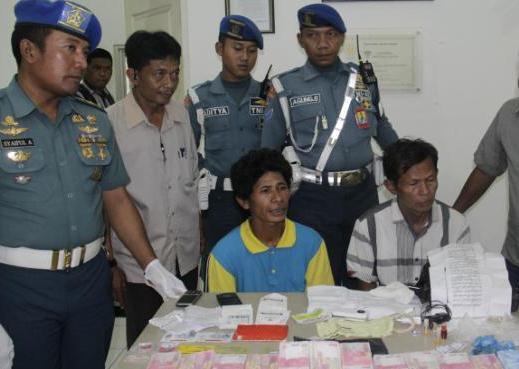 GN/ISTIMEWA Kedua pelaku diperlihatkan petugas bersama dengan barang bukti upal.