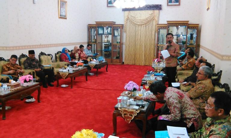 GN/MASDAWI DAHLAN KUNJUNGAN: Bupati Syafii saat memberikan sambutan selamat datang pada Tim Banggar DPR RI dalam kunjungannya di Pamekasan, Rabu (2/3/2016).