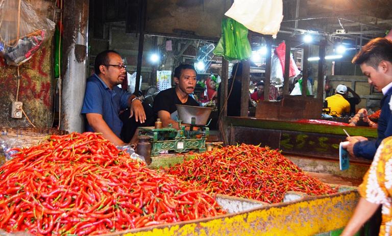 GN/FAKHRUR ROZIQ Pedagang di pasar-pasar Surabaya mengeluhkan naiknya harga sembako.