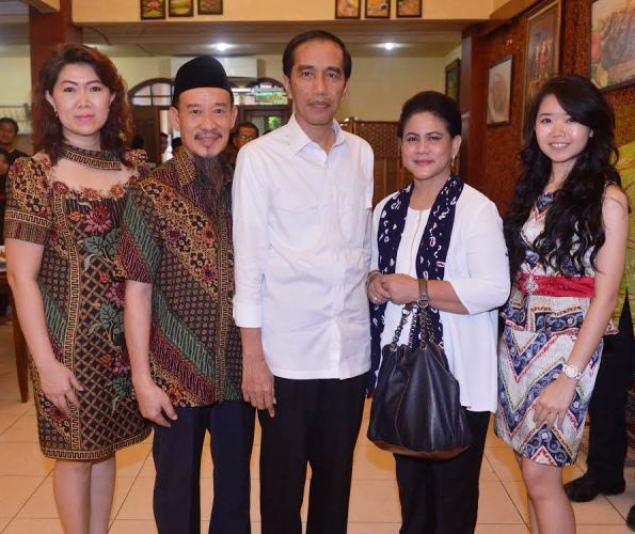 HM Gunawan, pemilik Rumah Makan Tera' Bulan Bangkalan bersama istri Vonnywati mendampingi Presiden Joko Widodo dan Iriana Joko Widodo yang tengah mengadakan kunjungan kerja di Madura, beberapa waktu lalu.