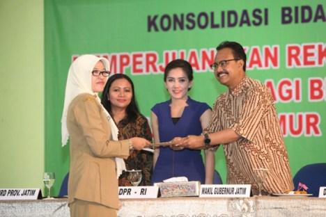 GN/Istimewa Wagub Saifullah Yusuf menerima pernyataan sikap bidan PTT Pusat se-Jatim terkait desakan revisi UU Aparatur Sipil Negara.