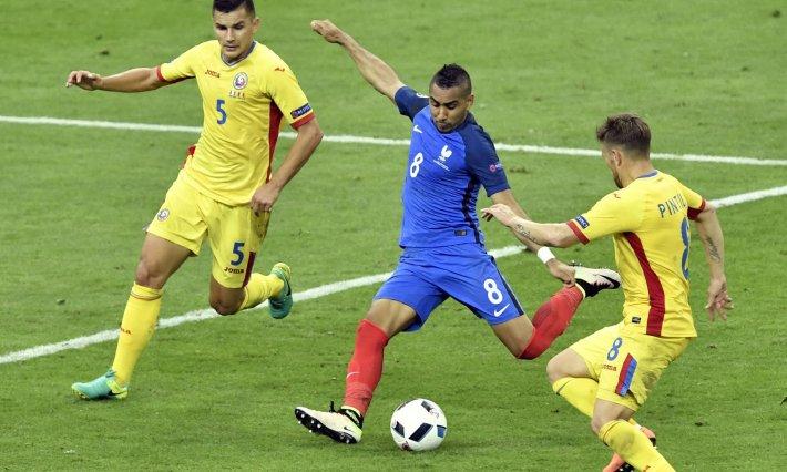 GN/The Guardian Payet (tengah) saat hendak melepaskan sepakan kaki kiri yang akhirnya berbuah gol penentu kemenangan Prancis atas Rumania.