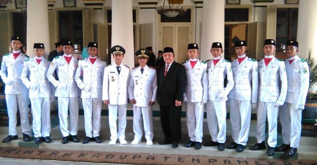 GN/Masdawi Dahlan Budi Sulistiyo (nomer enam dari kanan) bersama 9 siswa SMKN 2 Pamekasan berfoto bersama Bupati dan Wakil Bupati usai Upacara peringatan HUT Kemerdekaan RI ke-71.