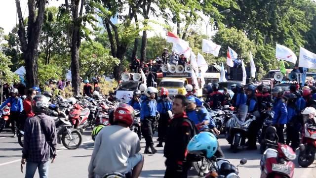 Global News/Istimewa Aksi unjuk rasa buruh menuntut kenaikan UMK di Surabaya, beberapa waktu lalu.