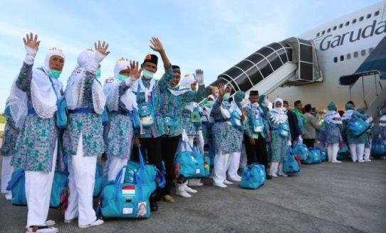 Global News/Ilustrasi Sejumlah calon jemaah haji hendak memasuki pesawat menuju Tanah Suci.