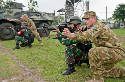 SALING MENGHORMATI: Latihan bersama TNI dan angkatan bersenjata Australia atau Australian Defence Force (ADF).