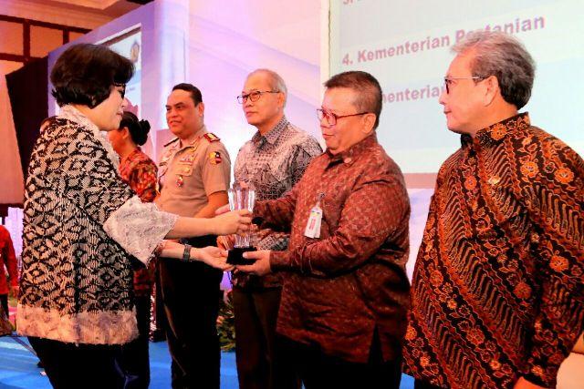 Perwakilan Kementerian Sosial menerima penghargaan dari Menteri Keuangan, Sri Mulyani.