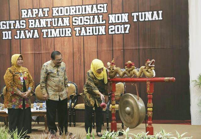 RAKOR BANSOS: Mensos Khofifah Indar Parawansa membuka Rakor Sinergitas Bansos Non Tunai 2017 di Gedung Negara Grahadi, Surabaya, Kamis (2/3).