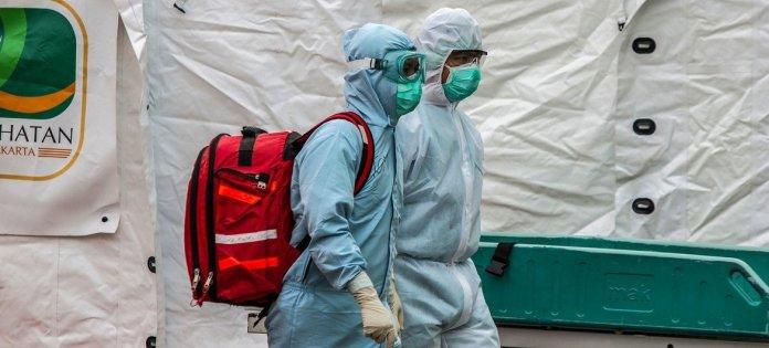 Trabajadores de la salud en un sitio de pruebas del COVID-19 en Yakarta, Indonesia