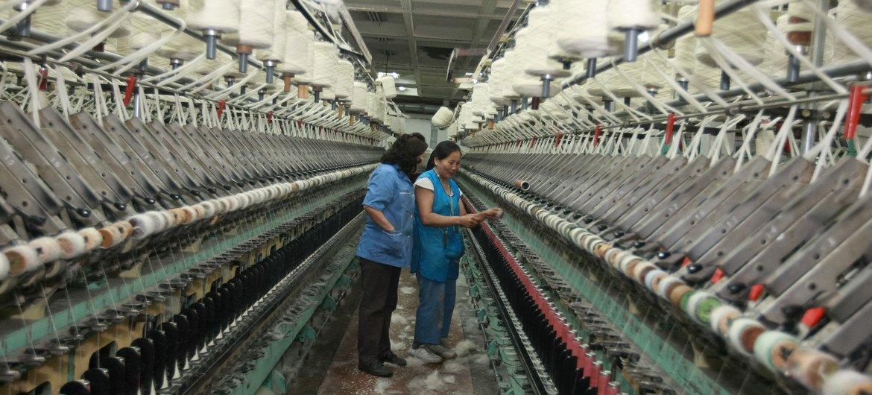 Deux femmes dans une usine fabriquant des tapis en Mongolie.