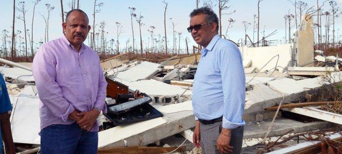 Le Dr Tedros Adhanom Ghebreyesus (à droite), directeur général de l'Organisation mondiale de la santé (OMS), et le Dr Duane Sands, ministre de la Santé des Bahamas, visitent les sites dévastés du pays pour évaluer les impacts sanitaires de l'ouragan Doria