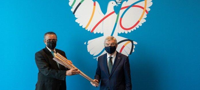 El director de la Organización Mundial de la Salud, Tedros Adhanom Ghebreyesus (izquierda), y el presidente del Comité Olímpico Internacional, Thomas Bach.