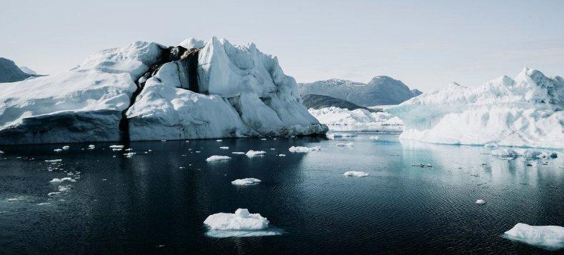 Icebergs en Groenlandia, donde las capas de hielo se están derritiendo de manera acelerada.
