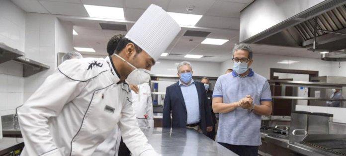 M. Khaled Al-Anani, le ministre du tourisme en Egypte, suit les mesures préventives lors de sa visite à l'une des installations de toursime.