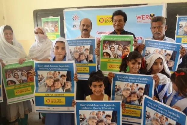 キャンペーンに参加する子どもたち(パキスタン)(C) Pakistan Coalition for Education (PCE)